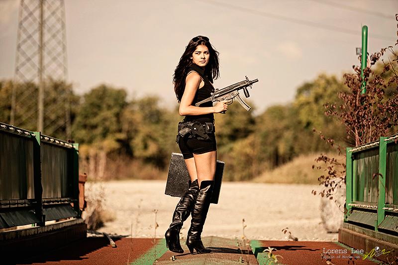 annuaire photographes suisse romande, lorens-lee-gun-girl - http://www.spiritofmovie.com - Lorens Lee de Genève