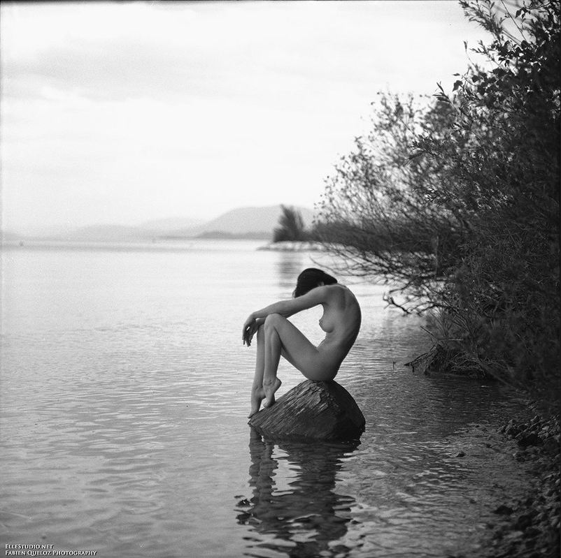 annuaire photographes suisse romande, Art Nude film photography, the naked lady by the lake, July 2012, Neuchâtel, Switzerland - http://www.fabienqueloz.com - FabienQueloz de Neuchâtel