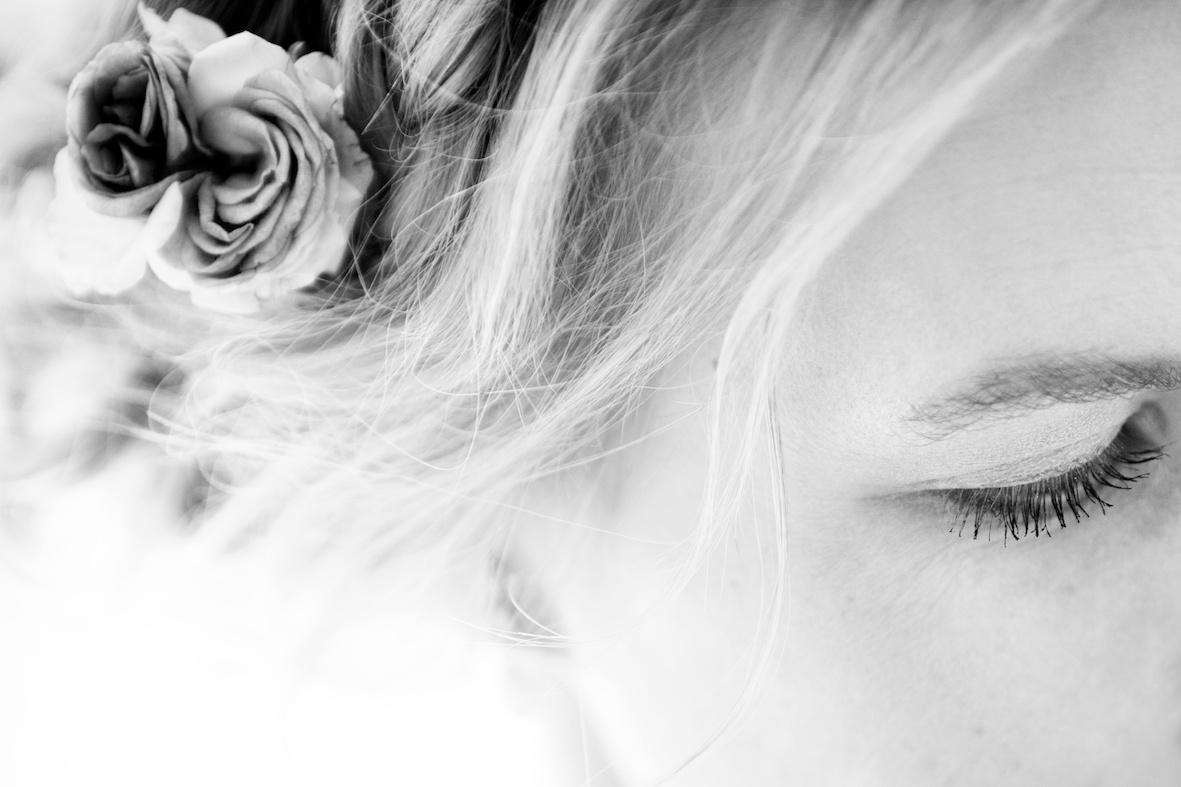annuaire photographes suisse romande, La coiffure de la mariée lors de la préparation - http://www.lhumen.ch - Audrey de Carouge