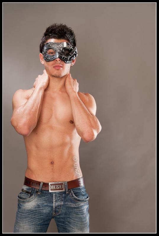 annuaire photographes suisse romande, Venise at home, jeune mec bien musclé torse nu avec un masque vénitien - http://unartvisuel.ch - unartvisuel de Genève