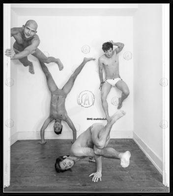 annuaire photographes suisse romande, Positions improbables, 4 mecs se jouent de l'espace et de la gravité en maillot de bain XTG - http://unartvisuel.ch - unartvisuel de Genève