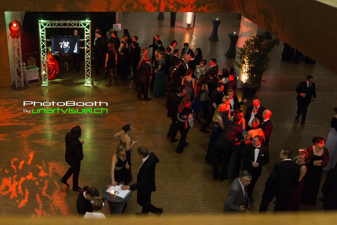 annuaire photographes suisse romande, PhotoBooth by unartvisuel, il y a la foule pour utiliser le photomaton, la haute qualité des images lui font honneur, les prints et le téléchargement via l'application permet un partage immédiat - http://unartvisuel.ch - unartvisuel de Genève