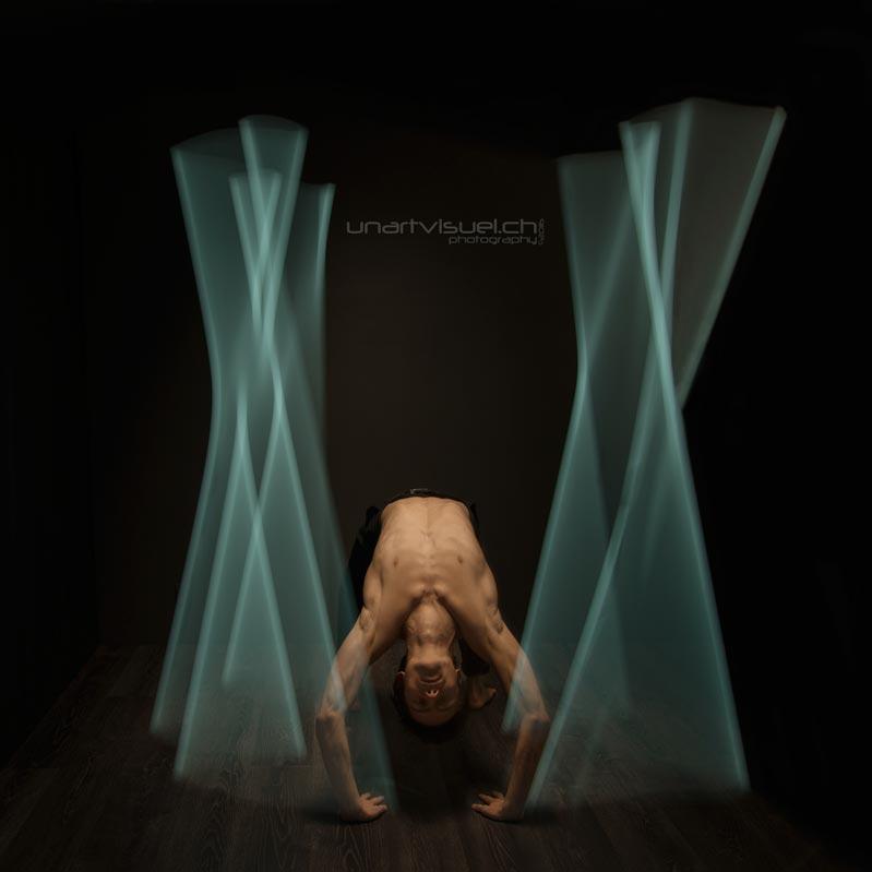 annuaire photographes suisse romande, Pause longue en jeu de néon avec le danseur Eliot - http://unartvisuel.ch - unartvisuel de Genève