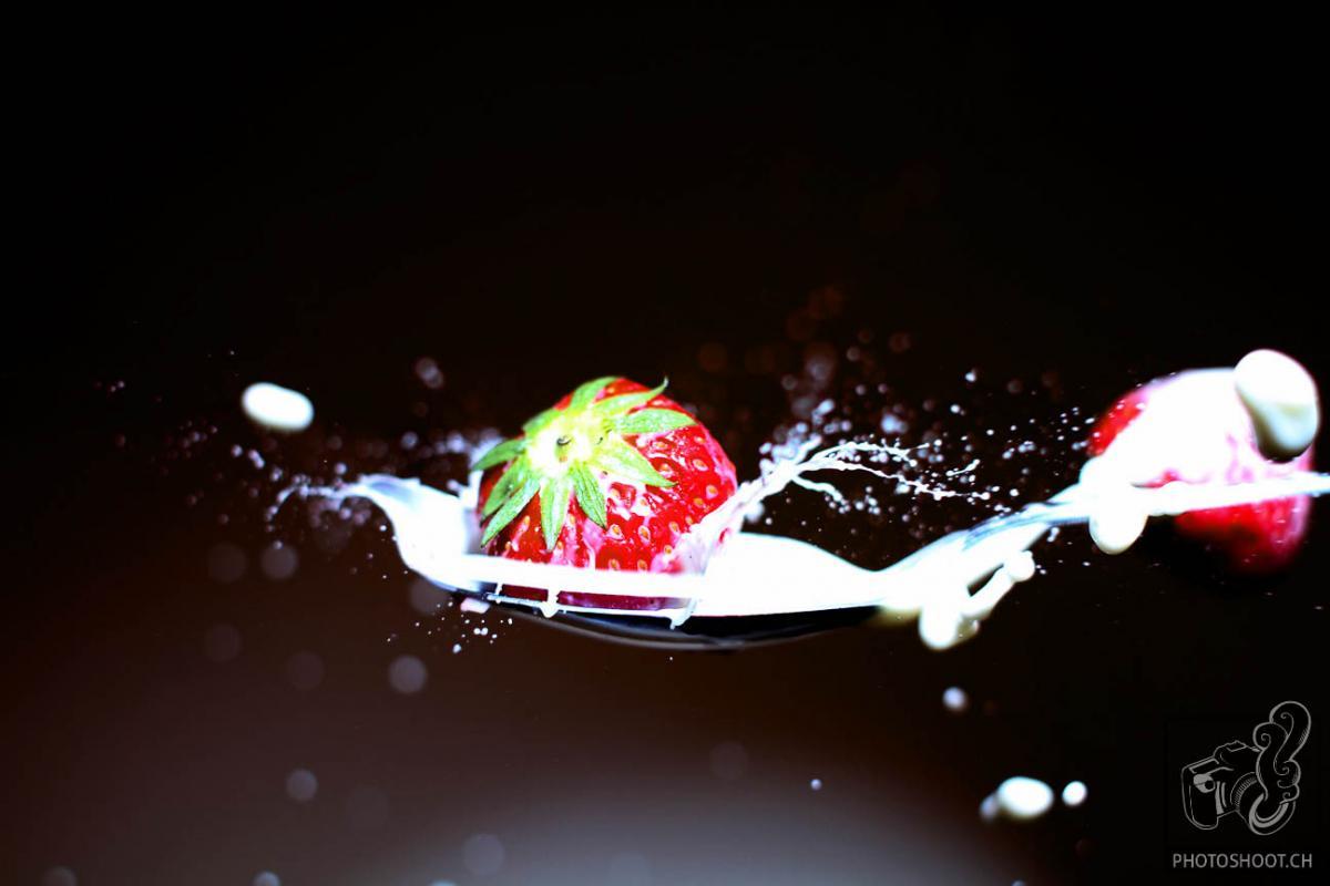 annuaire photographes suisse romande, Lâché de fraises sur cuillère de lait sauce au coup de flash - http://www.photoshoot.ch - Séb de Lausanne