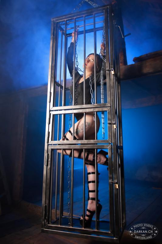 annuaire photographes suisse romande, DARKAN - Femme en cage bleu - http://www.darkan.ch - DARKAN de Neuchâtel
