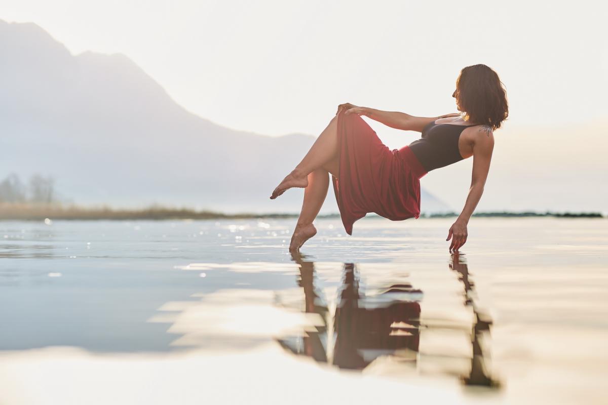 annuaire photographes suisse romande, Fille en levitation audessus du lac Leamn au couché de soleil - http://www.fredvaudroz.com - FredVaudroz de Montreux