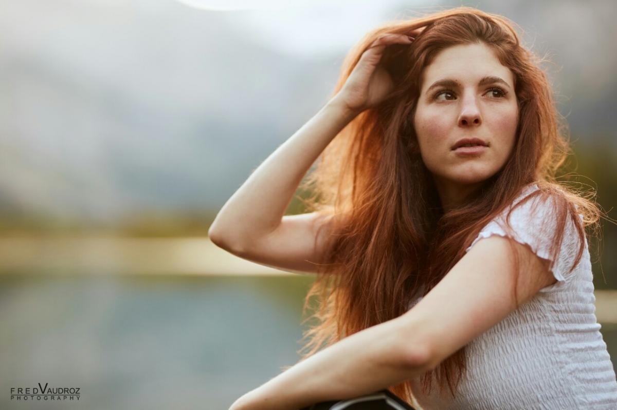 annuaire photographes suisse romande, Portrait femme fille modele rousse exterieur soleil fashion ambiance attitude - http://www.fredvaudroz.com - FredVaudroz de Montreux