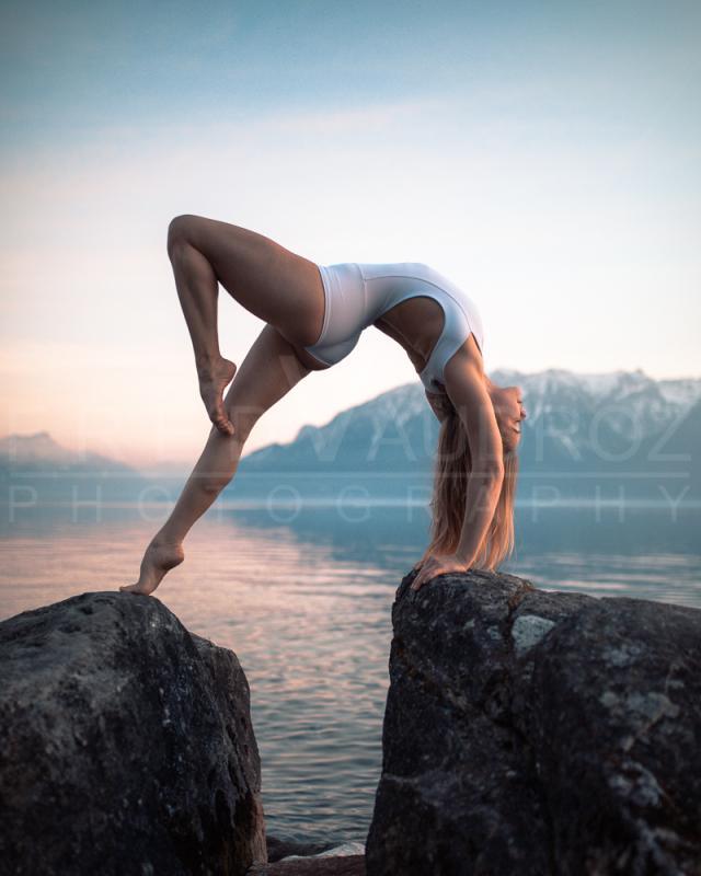 annuaire photographes suisse romande, Christelle, modèle blonde figure artistique de Yoga en body blanc couché de soleil au bord du lac. - http://www.fredvaudroz.com - FredVaudroz de Montreux