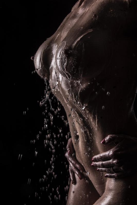 Stephanie-Suisse :  clair obscur et eau sur corps huilé, ns:Gilles RENAULT, annuaire photo modele