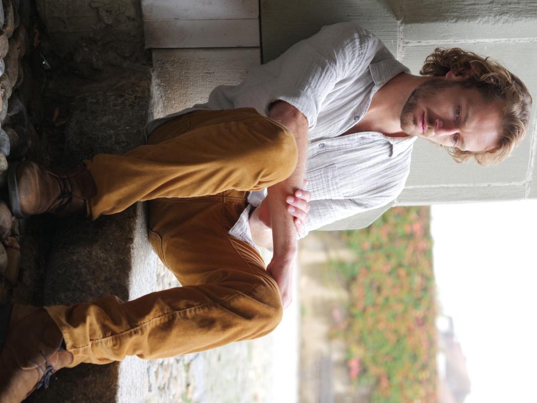 Coco :  assis sur une marche, ns:michael nickl, annuaire photo modele
