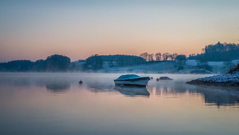 annuaire photographes suisse romande, Lac de Schiffenen - Par un petit matin du 29 décembre 2014, à -9° degré. Le paisible Lac de Schiffenen au heures bleues à 08:13. - http://philippe.belazp.com/ - Le Meuh de Courtepin